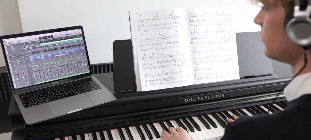 Digitale piano met Macbook met Logic recording software