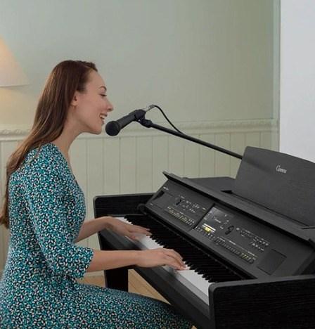 Yamaha CVP 809 femme chante avec micro et piano