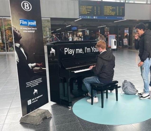 Piano treinstation Brugge Maene