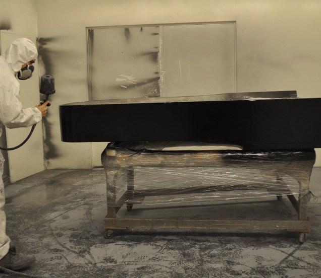 Zwart spuiten van een piano