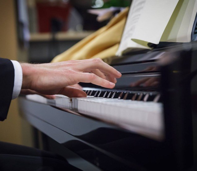 Piano spelen met bladmuziek