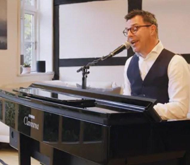 Yamaha CVP-809 man zingt met piano en micro